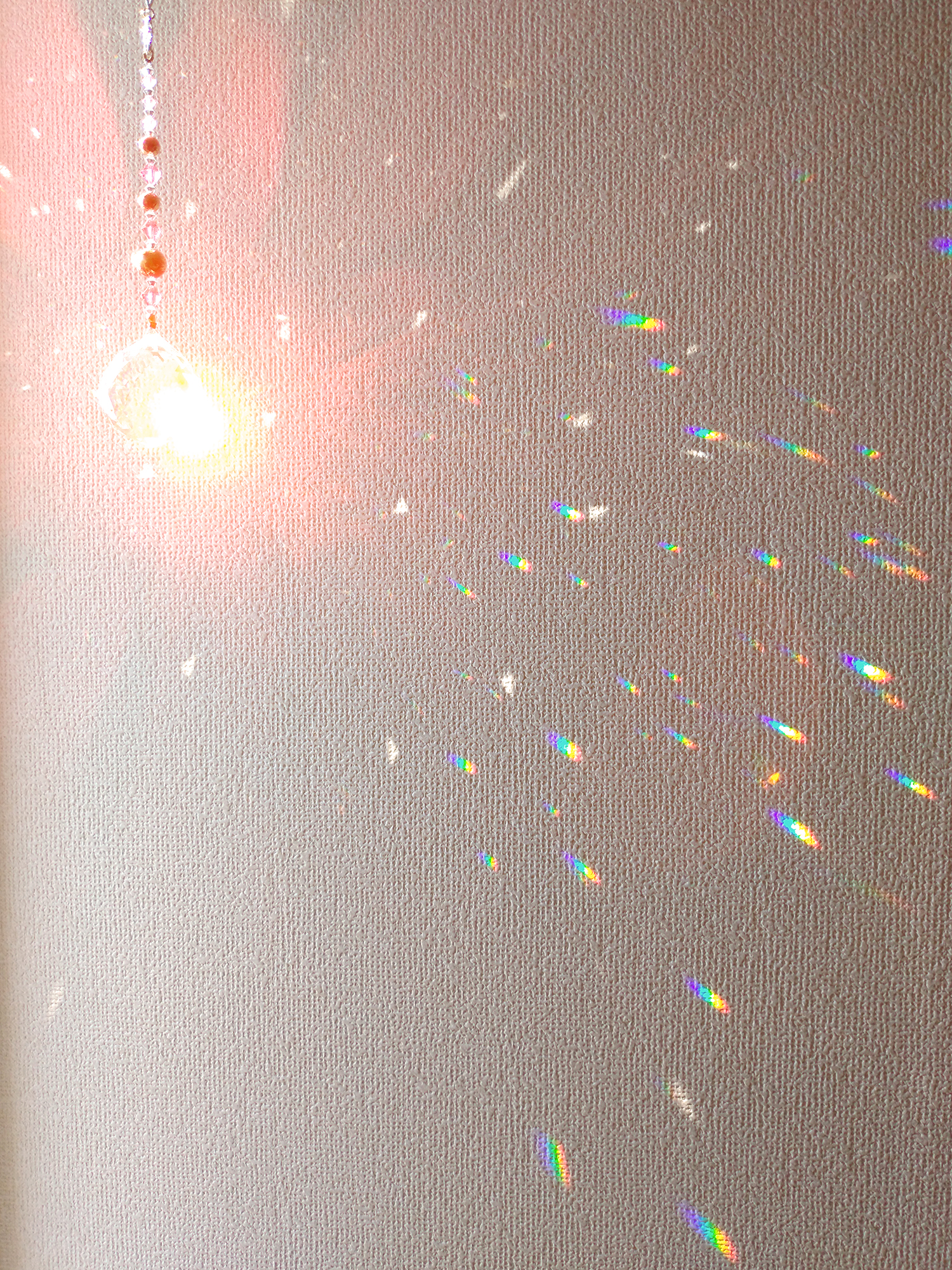 光を受けるサンキャッチャーと発生するプリズムの様子(2)